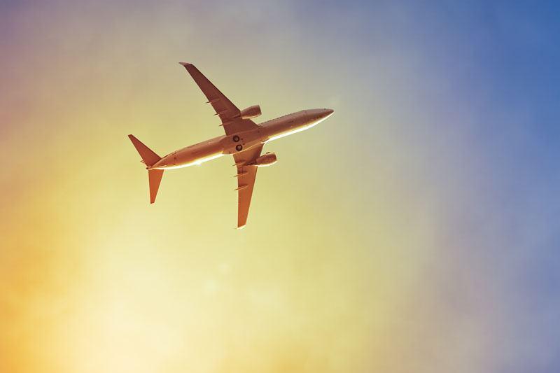 avião pôr do sol