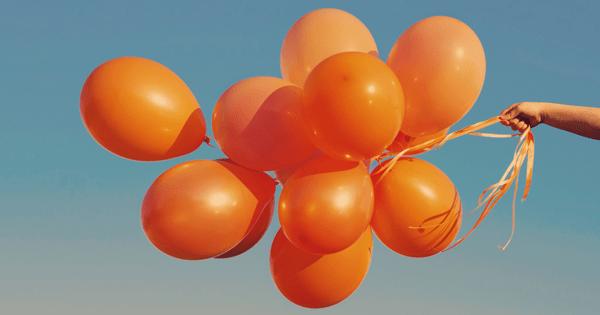 balões laranjados
