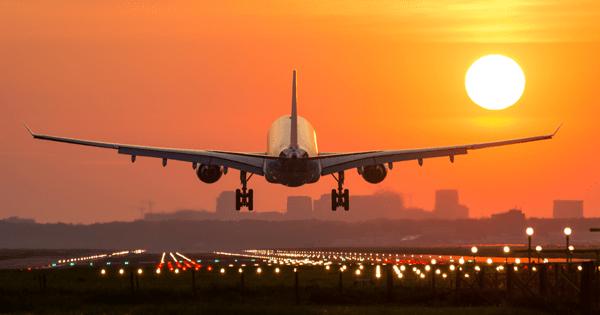 avião decolando pôr do sol
