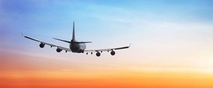avião no céu colorido