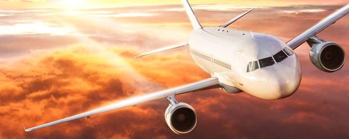 avião de passageiros no céu