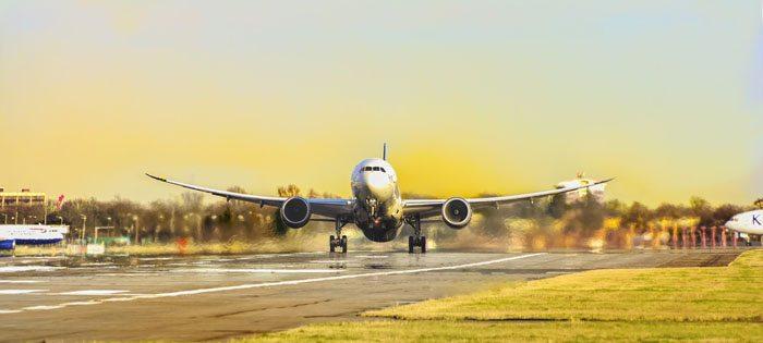 decolando avião de passageiros