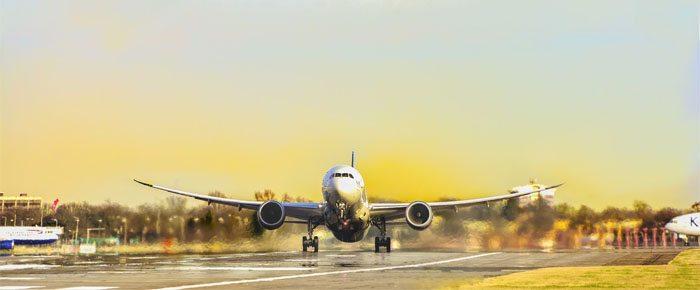 avião de passageiros decolando