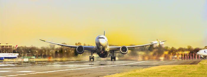 avião levantando voo