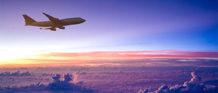 avião voando alto