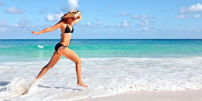 viajante na praia