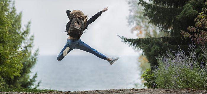 pulando de alegria