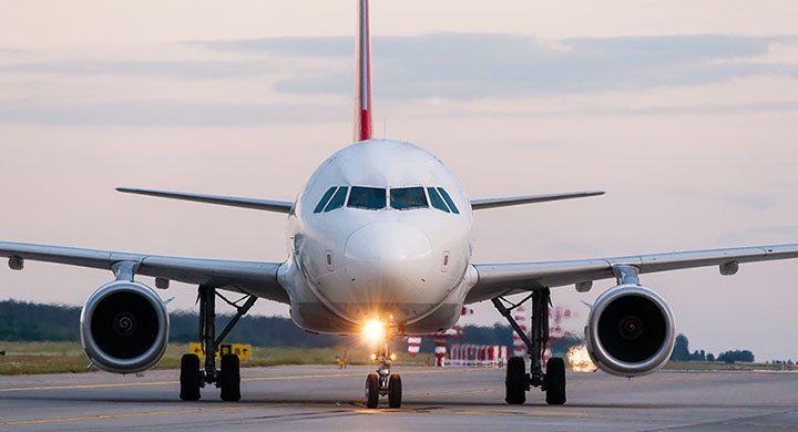 avião de passageiros em solo