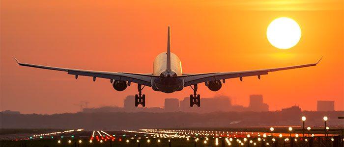 Avião decolando no nascer do sol.
