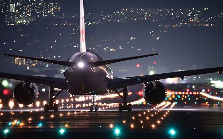 Avião na pista à noite